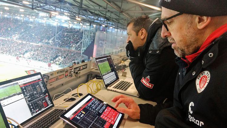 Andrew Meredith gegen Union Berlin auf der Tribüne (Foto FC St. Pauli).jpeg