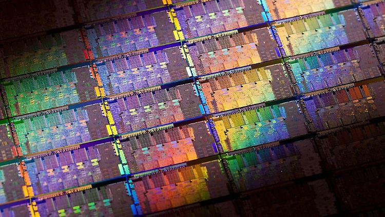Intel-2nd-Generation-Core-microprocessor-codenamed-Sandy-Bridge-Wafer.jpg