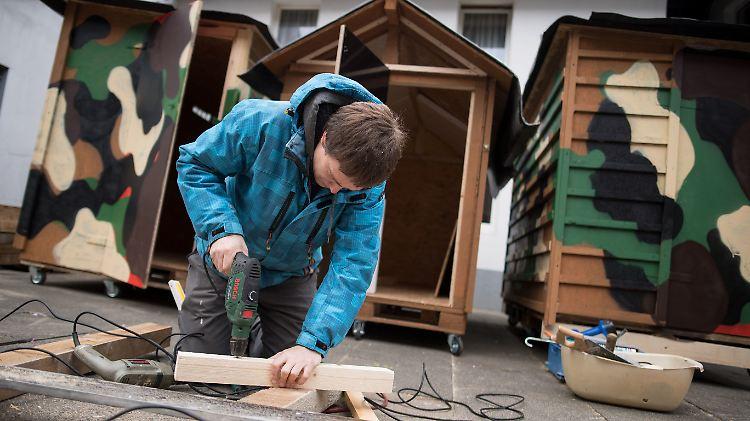 Diy Wohnboxen Aus Holz Kolner Schenkt Obdachlosen Eine Bleibe N Tv De