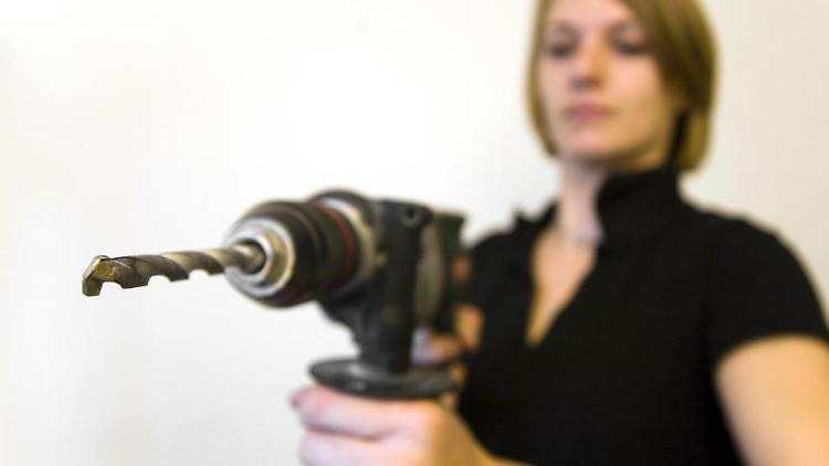 Frau mit einer Bohrmaschine