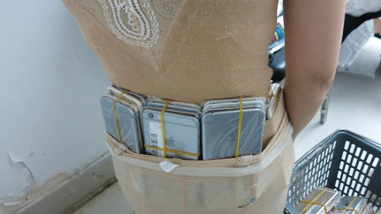 102 iPhones am Körper geschmuggelt.jpg