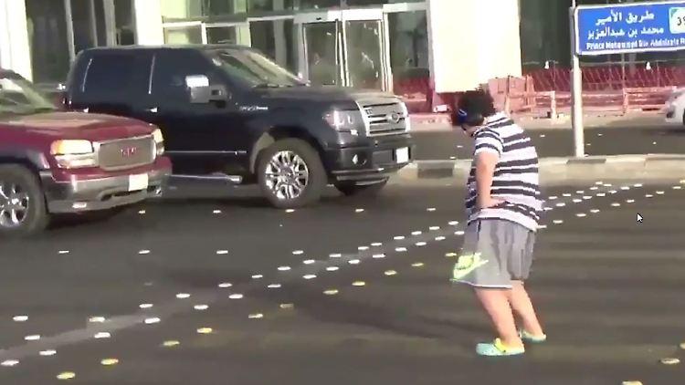 Ein 14-jähriger Junge tanzt in Saudi Arabien zu