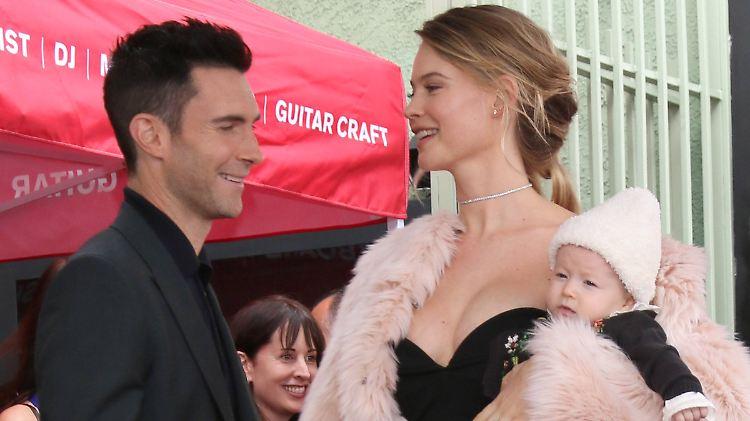 Adam Levine wird wieder Vater Model Behati Prinsloo zeigt ihren Babybauch 5cfb04efe07c
