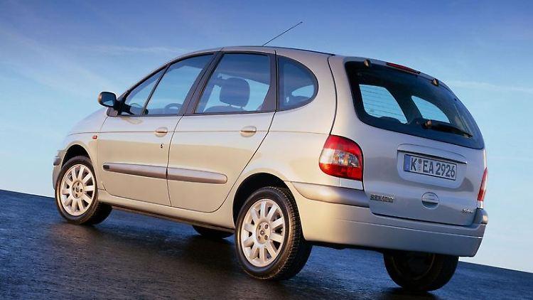 Der Renault Scénic gilt als einer der ersten Kompaktvans. Die erste Generation hatte einige Macken, mit der hier gezeigten zweiten ging es bergauf. (Bild: Renault/dpa/tmn)