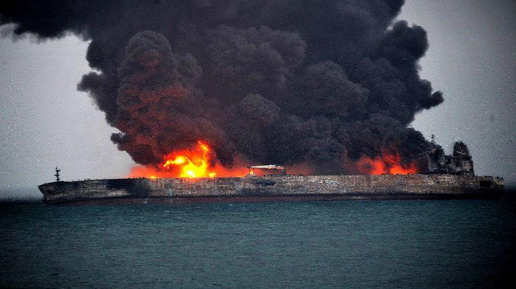 Wenn das Öl des Tankers in Wasser gerät, führt das zu einer großflächigen Wasserverschmutzung.