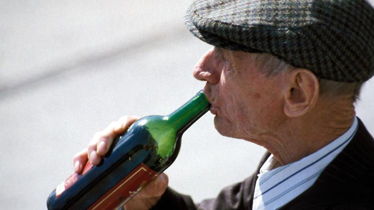 er trinkt zu viel alkohol