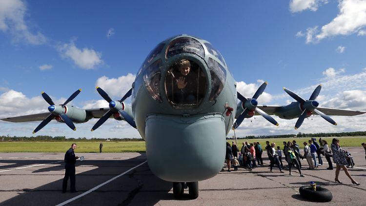 Defekt An Der Tür Russisches Flugzeug Verliert Tonnenweise