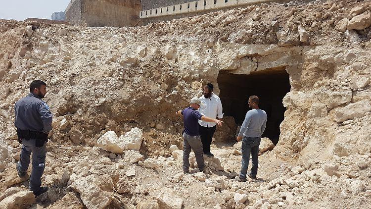 Israelische Bauarbeiter vor dem Eingang der 2000 Jahre alten Grabkammer