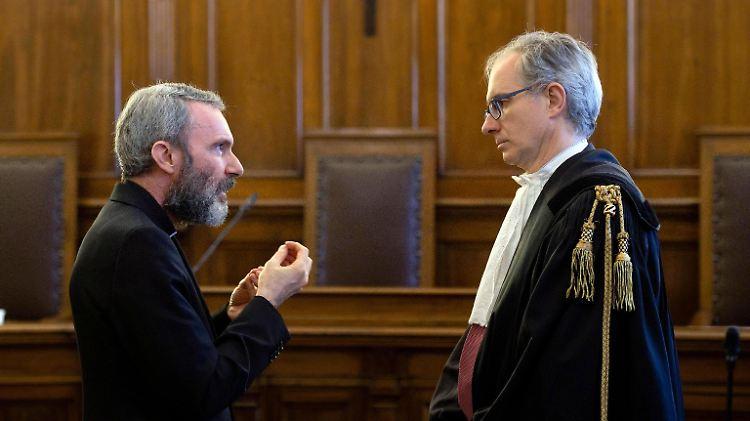 Der verurteilte Ex-Diplomat Capella (li.) berät sich vor der Urteilsverkündung noch mit seinem Anwalt.