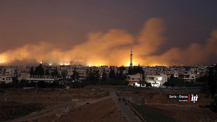 Aktivisten sprachen von rund 55 Angriffen in der Nacht zum Donnerstag. Ein Kommandeur der oppositionellen Freien Syrischen Armee meldete rund 150.