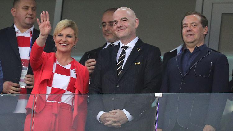 Rechts im Bild: Russlands Ministerpräsident Dmitri Medwedew, der später von einem hochemotionalen Spiel berichtete.