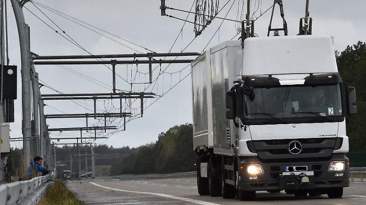 Lastkraftwagen der Zukunft: Auf einer Teststrecke probt ein Oberleitungs-Lkw das batteriebetriebene Fahren.
