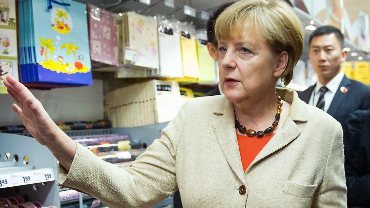 Auch bei ihrer Einkaufstour mit dem chinesischen Ministerpräsident 2014 trug Merkel ihren Einkaufskorb selbst.
