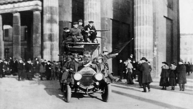 Bundesarchiv-Bild 183-B0527-0001-810,_Berlin,_Brandenburger_Tor,_Novemberrevolution CC-BY-SA 3.0.jpg