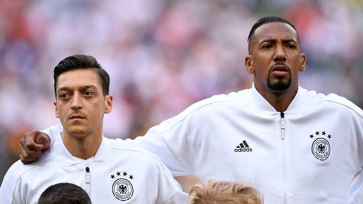 Bildergebnis für Beim Spiel der DFB-Elf gegen Serbien soll es zu rassistischen Aussagen von einigen Zuschauern gekommen sein.
