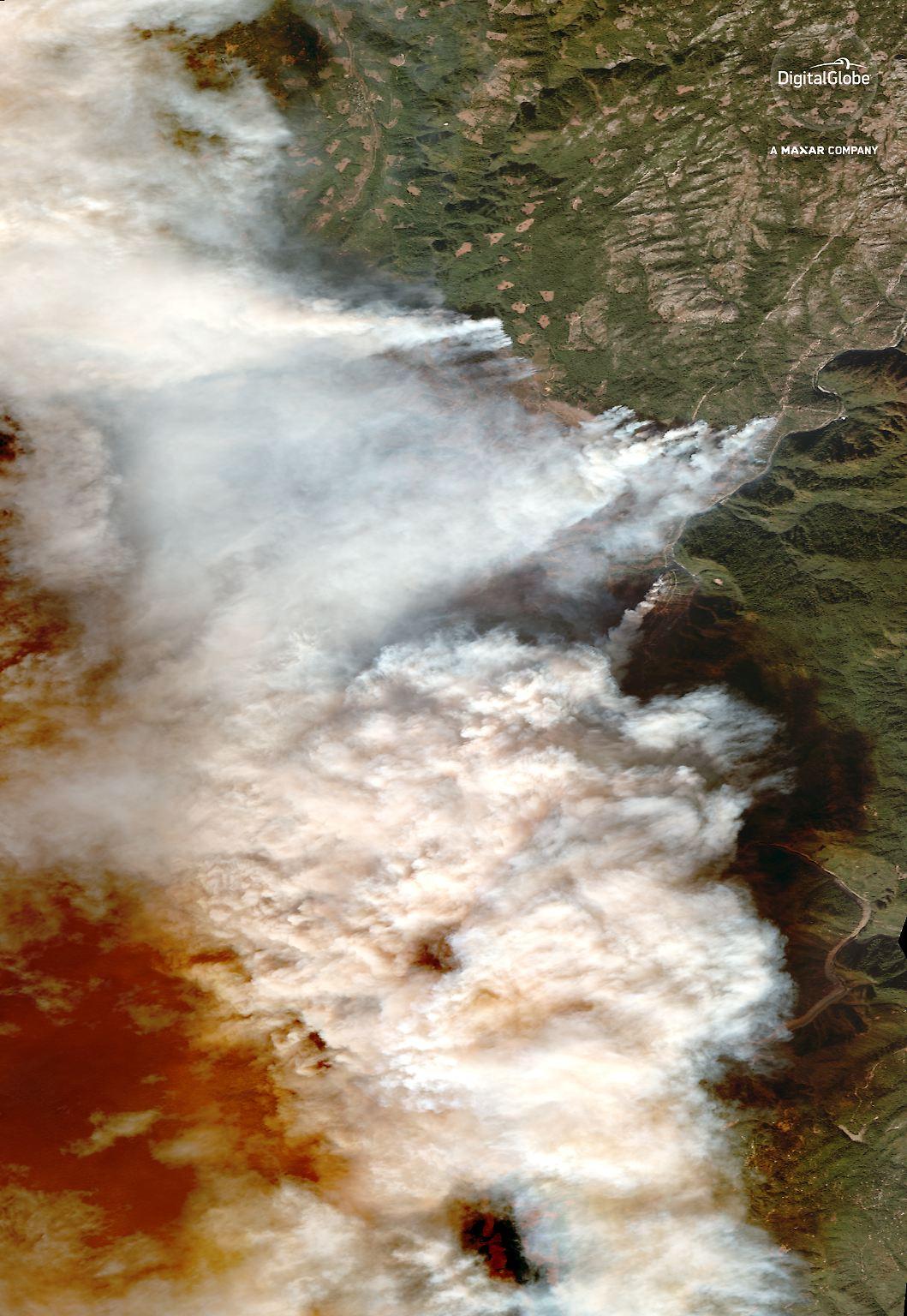 Waldbrände in Kalifornien: Bilder aus dem All:### Wie großflächig die Wald- und Buschbränd ein Kalifornien wüten, zeigen Satellitenbilder der besonders betroffenen Region rund um die Stadt Paradise nordöstlich von San Francisco. Die Umgebung von Paradise liegt unter dichten Qualmwolken. 01_overview of camp fire_paradise california_9nov2018_digitalglobe_wv3.jpg