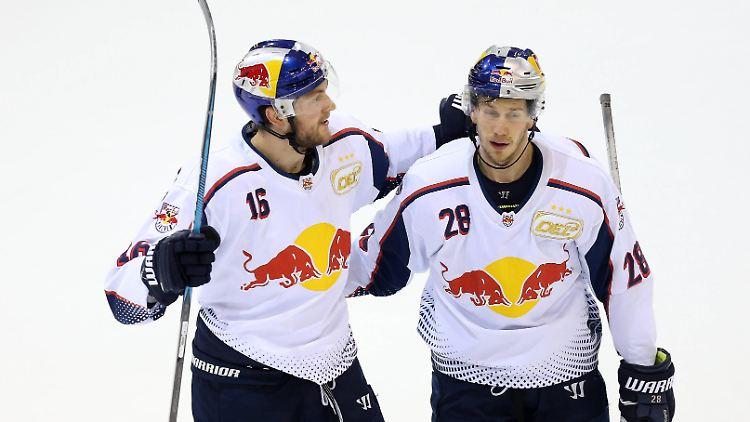 Ihr letztes Spiel in der DEL gegen die Straubing Tigers konnten Konrad Abeltshauser (l.) und  Frank Mauer (r.) vom EHC Red Bull München gewinnen.