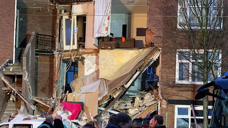 Schwierige Bergungsarbeiten - Explosion in Den Haag: Helfer ziehen Verletzte aus Trümmern