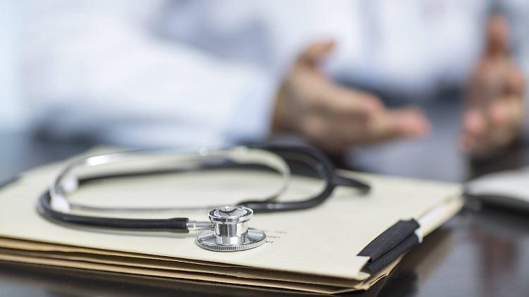 Bei einem hohen Haushaltseinkommen steigt die Wahrscheinlichkeit vom Arzt individuelle Leistungen angeboten zu bekommen.        imago  Westend61