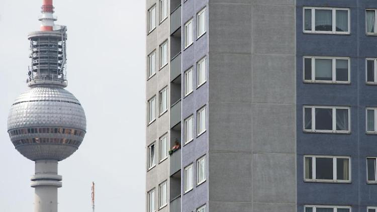 Der Fernsehturm hinter einem Wohnblock in Berlin-Mitte. Foto: Bernd von Jutrczenka/Archiv
