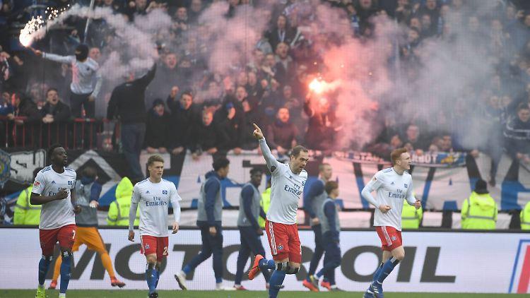 Pierre-Michel Lasogga freut sich über sein 0:1 für den HSV.