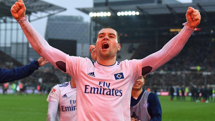 Lasogga lässt sich von seinen Fans feiern.