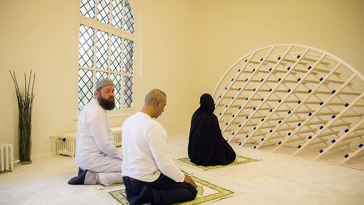 Liberale Moschee in Berlin: Wo Frauen neben Männern beten - n-tv.de