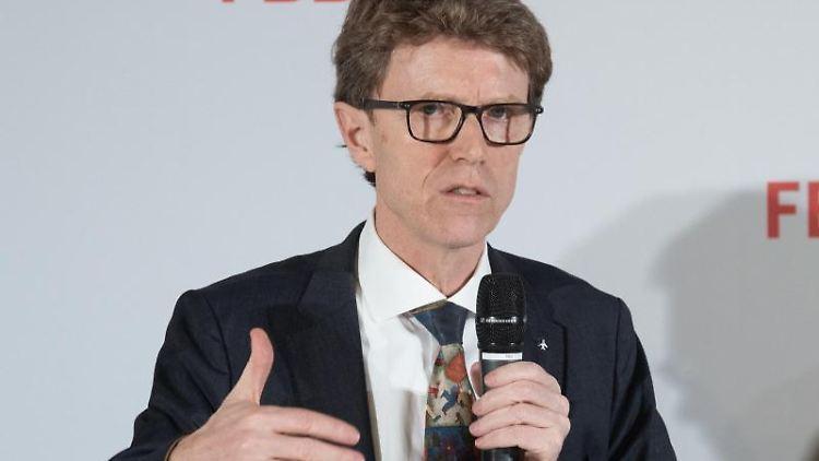 Flughafenchef Engelbert Lütke Daldrup (SPD) spricht nach einer Sitzung des BER-Aufsichtsrates zu Journalisten. Foto: Paul Zinken/Archiv