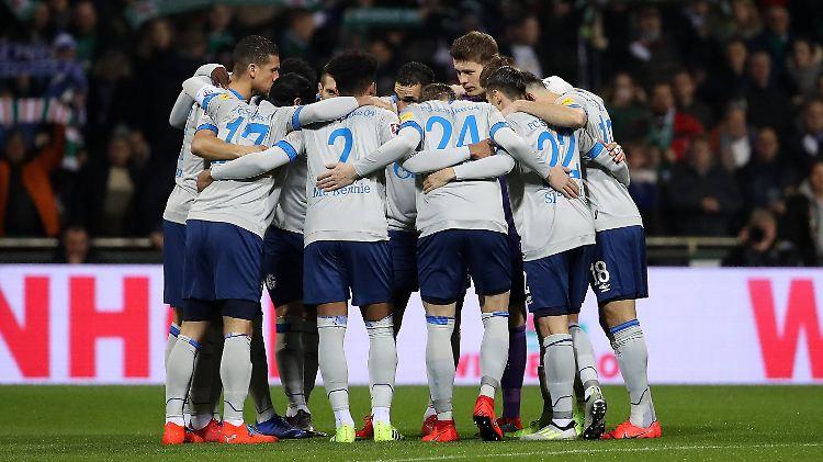 Trainer Domenico Tedesco fordert Charakterstärke von seinem Team. Ob Teamgeist in Manchester zum Sieg verhelfen kann?