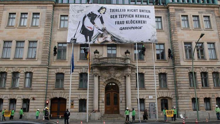 Aktivisten von Greenpeace haben an der Fassade des Bundeslandwirtschaftsministeriums ein Banner aufgehängt. Foto: Paul Zinken