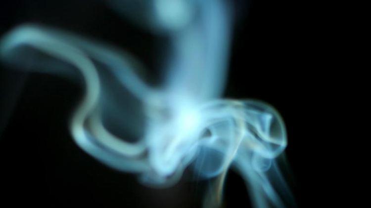 Der Rauch einer brennenden Zigarette.jpg