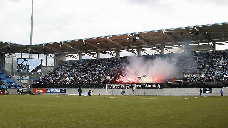 Die FC Chemnitz Fans gedachten Neonazi Thomas Haller mit Pyrotechnik.