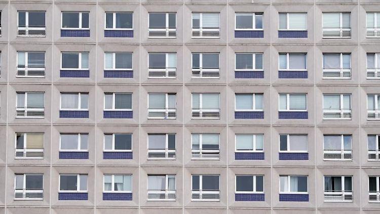 Ein Wohngebäude steht am Alexanderplatz. Foto: Lisa Ducret/Archiv