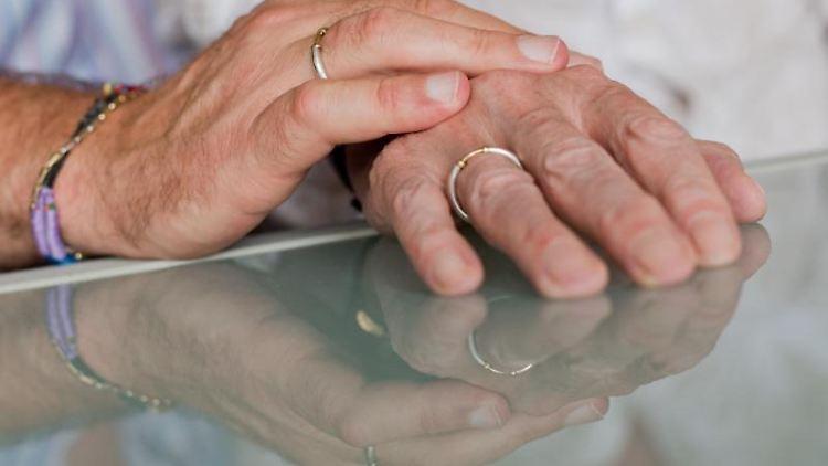 Ein homosexuelles Paar zeigt seine Eheringe. Foto: Julian Stratenschulte/Archiv