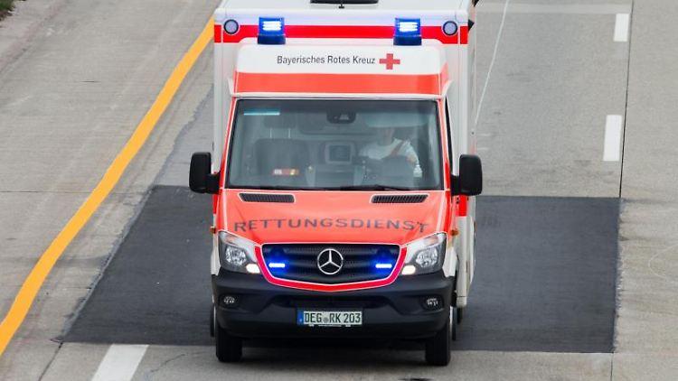 Ein Krankenwagen fährt über eine Straße. Foto: Armin Weigel/Archiv