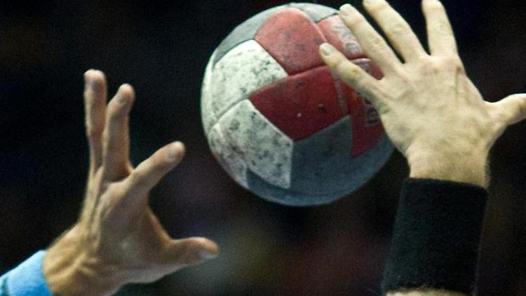 Spieler versuchen an den Ball zu kommen. Foto: Jens Wolf/Archiv