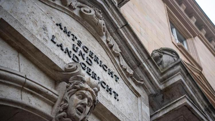 Die Fassade des Gerichtsgebäudes in Regensburg ist zu sehen. Foto: Lino Mirgeler/Archiv