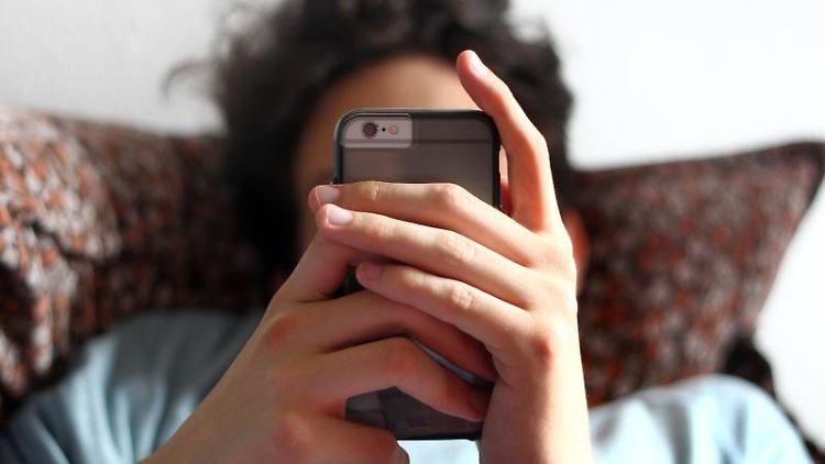 Ein 17-Jähriger benutzt ein Smartphone. Foto: Karl-Josef Hildenbrand/Archiv
