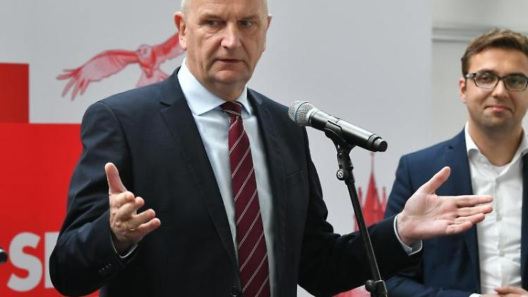 Dietmar Woidke (SPD, l), SPD-Parteivorsitzender und Ministerpräsident Brandenburgs, und Erik Stohn, SPD-Generalsekretär in Brandenburg. Foto: Bernd Settnik/Archiv
