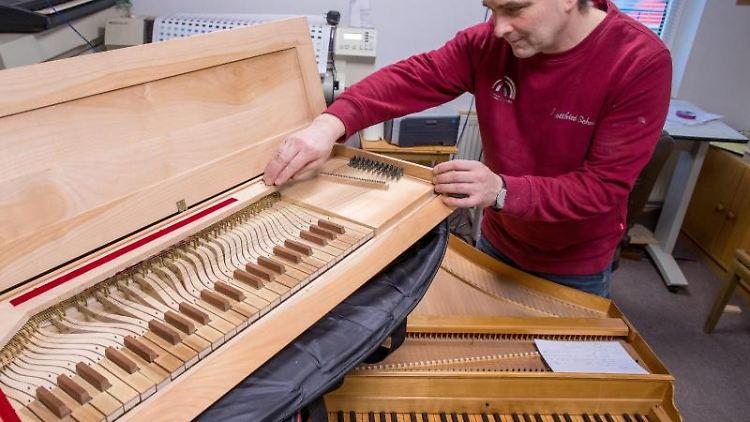 Johann-Gottfried Schmidt, arbeitet an einem Clavichord, einem mobilen Tasteninstrument aus der Zeit des Barock. Foto: Jens Büttner