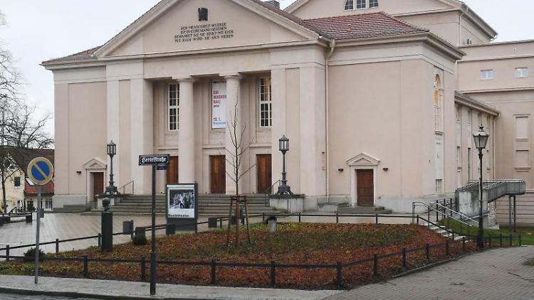 Das Große Haus des Landestheaters Neustrelitz. Foto: Stefan Sauer/Archiv