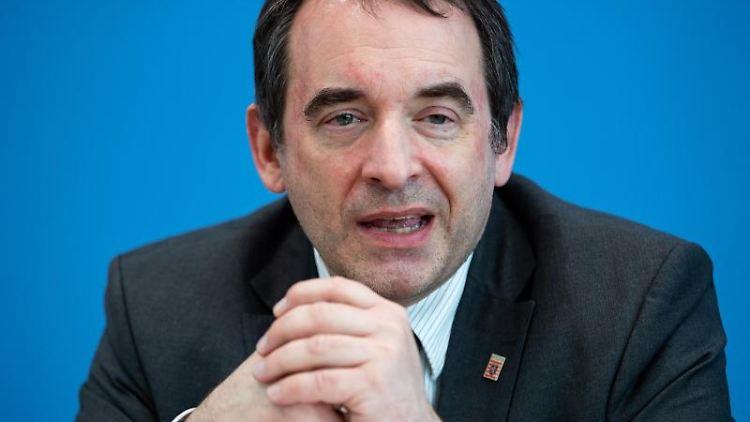 Alexander Lorz (CDU), Kultusminister in Hessen, sitzt bei einer Pressekonferenz zum Digitalpakt Schule. Foto: Bernd von Jutrczenka