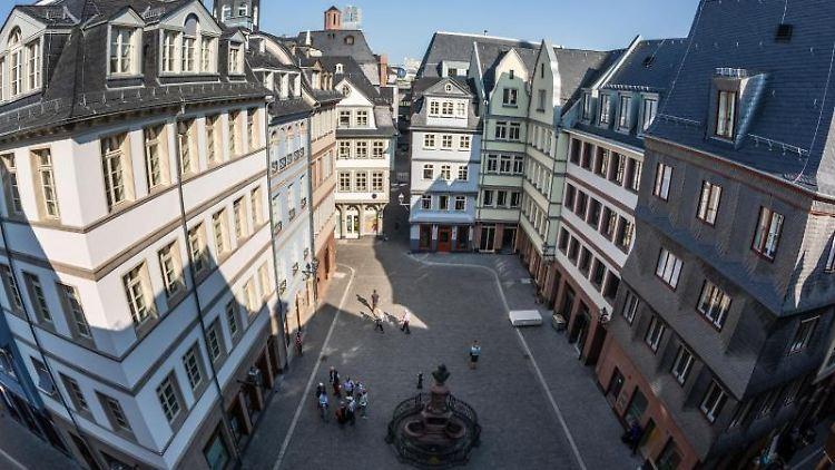 Von einem Dachfenster ergibt sich ein Blick auf den Hühnermarkt im Herzen der Frankfurter Altstadt. Foto: Frank Rumpenhorst/Archiv