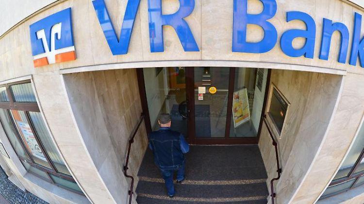 Eine Filiale der VR Bank. Foto: Martin Schutt/Archiv