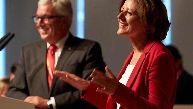 M. Dreyer (r, SPD), Ministerpräsidentin, und R. Lewentz (l, SPD), Landesvorsitzender, bei einer Versammlung.Foto: Thomas Frey/Archiv