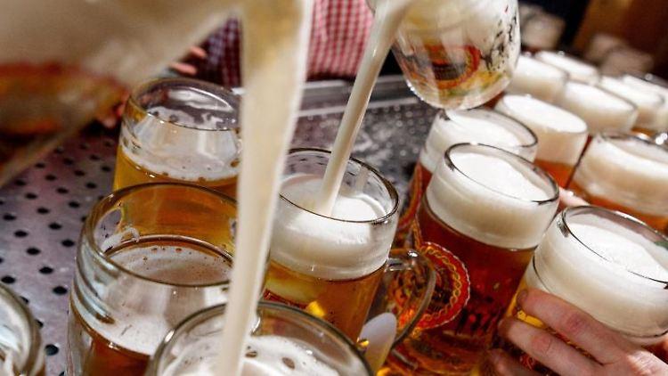 Auf einem Volksfest wird Bier ausgeschenkt.jpg