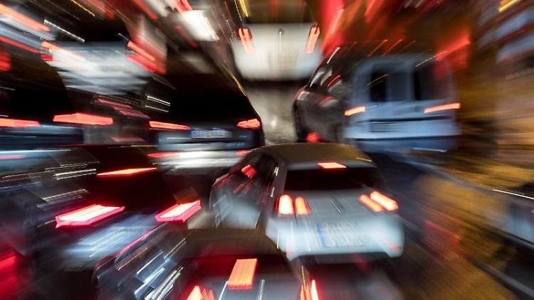 Autos fahren im Feierabendverkehr über eine Straße. Foto:Sebastian Gollnow/Archiv