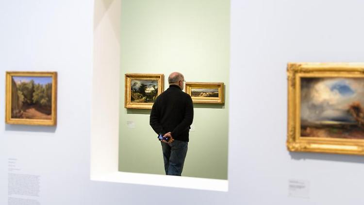 Ein Mann besucht die Ausstellung