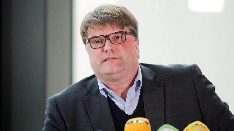 Tjark Bartels (SPD), Landrat des Kreises Hameln-Pyrmont, spricht bei einer Pressekonferenz im Kreishaus. Foto: Julian Stratenschulte/Archiv
