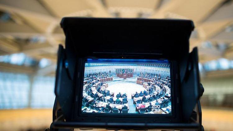 Blick durch den Monitor einer Fernsehkamera ins Plenum des Landtages. Foto: Federico Gambarini/Archiv